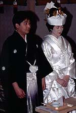 Sebuah pengantin Jepang dan pengantin pria dalam kimono